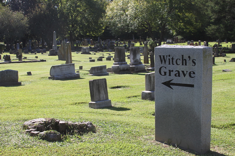 Marker directing you to Witch's Grave